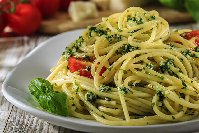 Nids de spaghettis au pesto et Rocamadour
