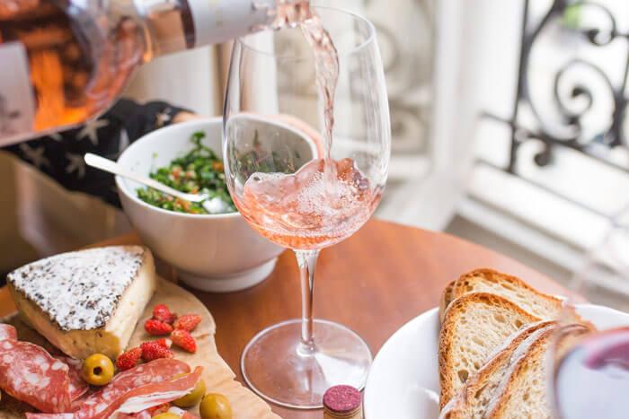 Plateau fromage charcuterie vin pour apéro dinatoire