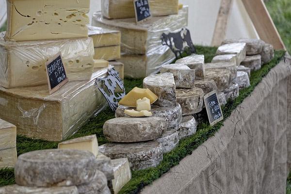 Etal du marché fromage de Savoie Haute Savoie