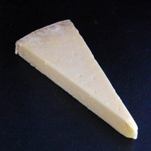 Laguiole : fromage à pâte pressée non cuite fabriqué à partir de lait de vache cru et entier
