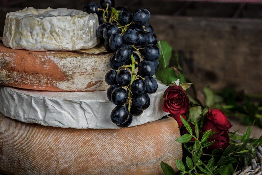 Dans quel cas la moisissure présente sur ou dans les fromages est-elle comestible ?